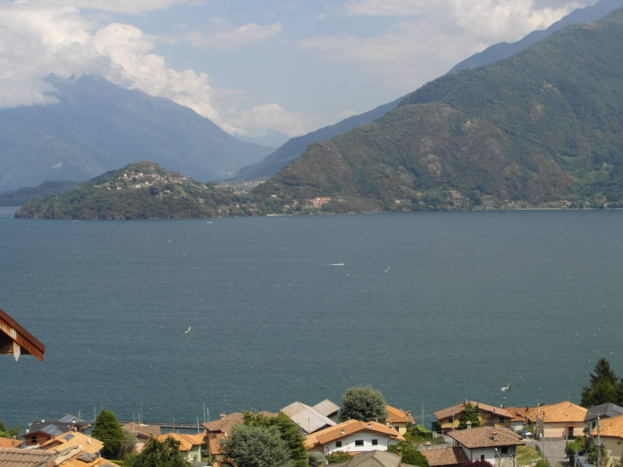 Pianello del Lario (Co) : Quadrilocale con incredibile vista lago, orto, cantina, magazzino.